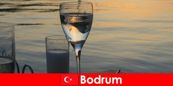 在土耳其博德鲁姆迪斯科舞厅俱乐部和酒吧为年轻的游客