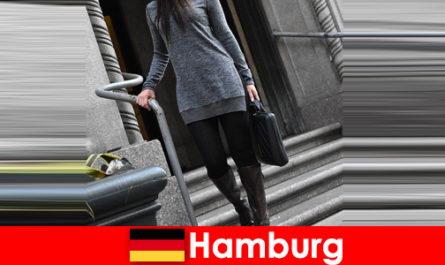 优雅的女士在汉堡呵护旅客与独家谨慎护送服务
