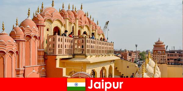 令人印象深刻的宫殿和最新的时尚发现游客在印度斋浦尔