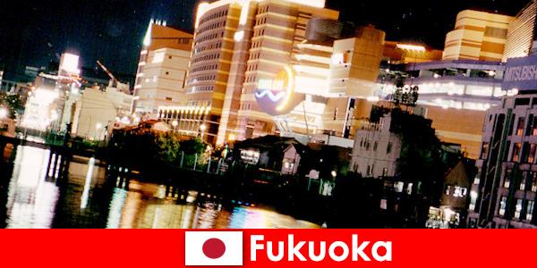 福冈众多的夜总会、夜总会或餐馆是度假者的首选聚会场所