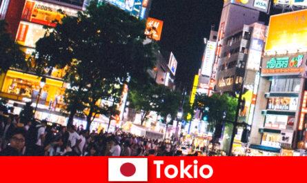 东京在闪烁的霓虹灯城市里为度假者提供完美的夜生活
