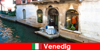 在意大利威尼斯老城区购物的游客的纯旅游体验