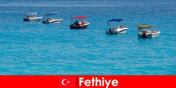 土耳其蓝色之旅和白色海滩急切地等待着费蒂耶游客的娱乐