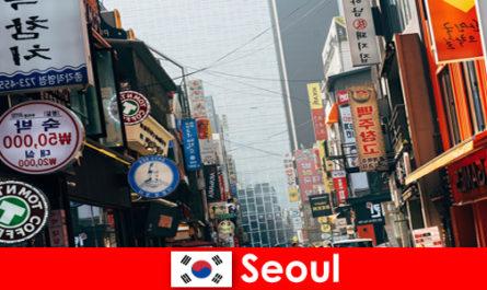 首尔在韩国令人兴奋的城市灯光和广告夜间游客