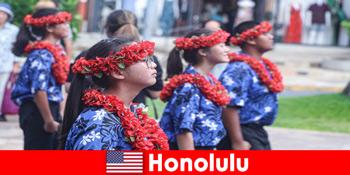外国客人喜欢与美国檀香山当地居民进行文化交流