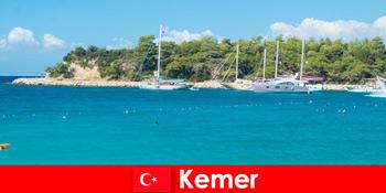 土耳其凯默年轻度假者的乘船游览和热门派对