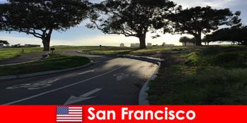 在美国旧金山骑自行车为外国人进行探索之旅