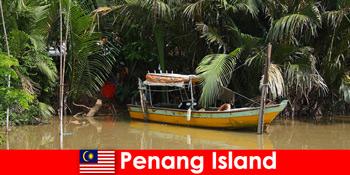 徒步旅行者穿越马来西亚槟城岛丛林的长途旅行