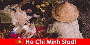 外国人在胡志明市尝试各种食品摊位越南