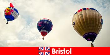 勇敢的游客在布里斯托尔英格兰上空乘坐气球的假期