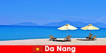包游客在大港的蔚蓝海滩上放松越南
