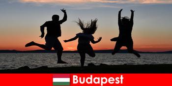 布达佩斯匈牙利年轻派对游客与音乐和廉价饮料在酒吧和俱乐部