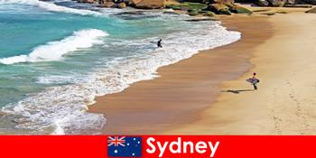 冲浪游客享受澳大利亚悉尼的终极踢