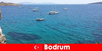 外国人在土耳其博德鲁姆美丽的海湾的豪华假期