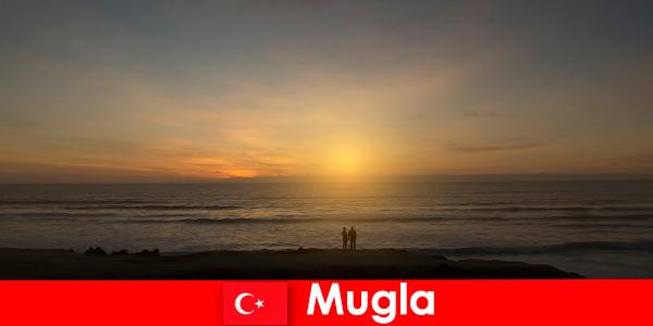 夏季旅行在穆格拉土耳其与风景如画的海湾的心脏游客在爱