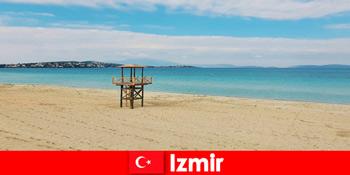 放松的度假者被土耳其伊兹密尔的海滩迷住了
