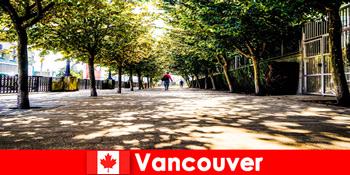 加拿大温哥华的城市导游陪同度假者在当地角落