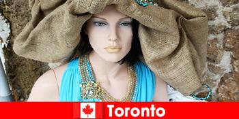 游客会在加拿大多伦多的国际中心找到各种古怪的商店