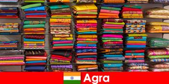 国外旅游团在印度阿格拉购买廉价丝绸面料
